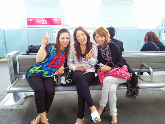 駅で遭遇の3人娘